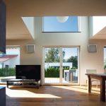 Durchweg lichtdurchflutet: Der große Raum im Erdgeschoss lebt von seiner Offenheit und den Blickbeziehungen in den Garten. Bild: Kneer-Südfenster