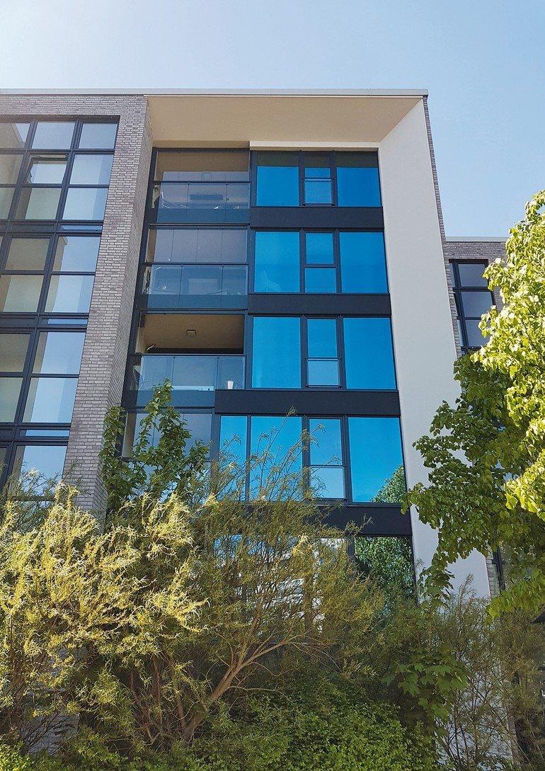 Eine rahmenlose Balkonverglasung am Werfthaus in Bremerhaven schützt die Balkone vor der Witterung und gewährleistet zugleich eine uneingeschränkte Aussicht. Bild: Lumon