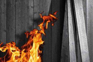 Holz mit Feuer veredelt nennt man Karbonisierung: Durch flächiges Verbrennen erscheinen spezielle Maser- und Faserstrukturen mit schwarz-silbernem Schimmer. Bild: Mocopinus