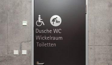 Barrierefreiheit durch geprüfte Türen: Von Schörghuber werden komplette Türelement nach DIN 18040 zertifiziert und nicht nur Einzelkmponenten. Bild: Schörghuber