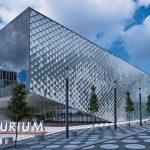 Zwei großformatige Structural-Glazing-Fassaden und Tausende rautenförmige Elemente aus keramisch bedrucktem Gussglas bilden die Hülle des Futurium Berlin. Bild: Arup/Rossmann, Berlin