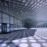 """Das Gebäude faltet sich zu beiden Schauseiten """"schmetterlingsförmig"""" auf. Die überdachten Freiflächen markieren zugleich die Haupteingänge. Bild: Arup/Rossmann, Berlin"""