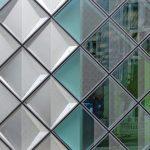 Die rautenförmigen Elemente aus Gussglas sind in unterschiedlichen Bedruckungsgraden ausgeführt. Bild: Arup/Rossmann, Berlin