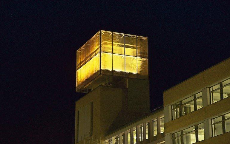 """""""Was bedeutet Wissen für Sie?"""" Antworten auf diese Frage wurden auf Glaselemente gedruckt und zieren nun die Fassade einer Bildungseinrichtung in Cambridge. Bilder: Sedak"""