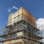 """Das Glaskunstwerk """"In Other Words"""" thront am Zentralturm des Cambridge Assessment. Bild: Sedak"""