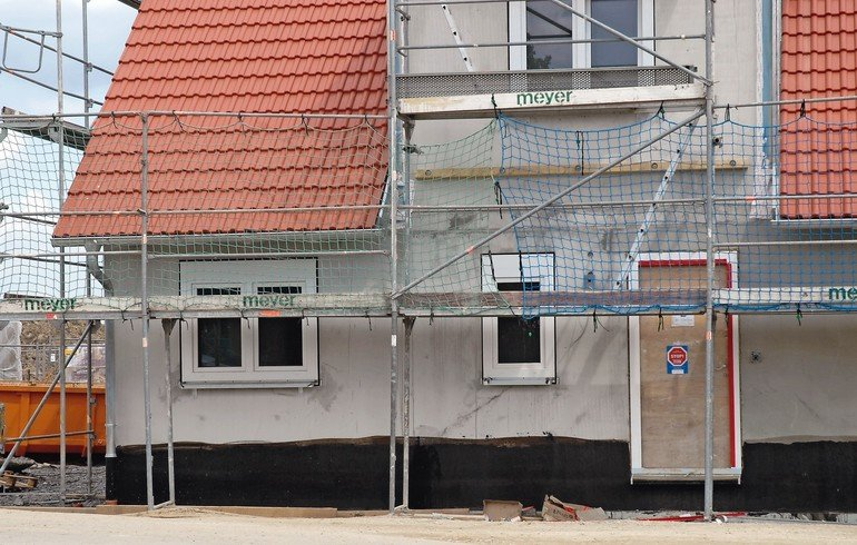 Sockeldämmung soll frühzeitig mit Anschlussdetails geplant werden. Bild: Saint-Gobain Weber