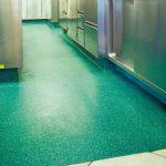 Reaktionsharz-Beschichtung für Bodensanierung in Hotelküche in Südtirol: Pflegeleicht und vielseitig belastbar mit fugenfreiem und porendichtem Kunstharz. Bild: Silikal