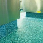 In den Eckbereichen der Küche wurden Hohlkehlen ausgeformt, um das Ansammeln von Verschmutzungen zu verhindern und die Reinigung zu vereinfachen. Bild: Silikal, Mainhausen