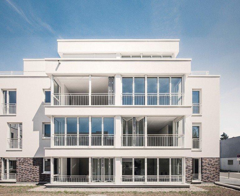 Glas-Faltwände für hochwertige Etagenwohnungen: Anstelle von üblichen Balkonen kann die Glasfassade schnell in eine offene Loggia umgewandelt werden. Bild: Solarlux GmbH