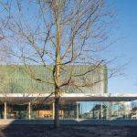 Grüne Keramikfassade über lichter Glasfront: Die vertikale Reliefstruktur sorgt für ein lebendiges Fassadenbild. Bild: Bart van Hoek