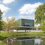 Die organisch abgerundete Architektur mit den grünen Keramikelementen harmoniert mit dem Park. Bild: Bart van Hoek