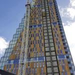 Die Fassadenelemente wurden per Kran an ihre Endposition gehievt. Bild: Agrob Buchtal / Jan Giesenkämper