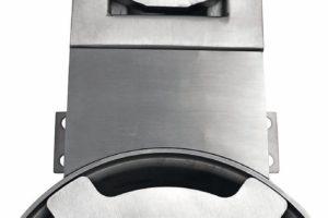 Entwässern mit Schlitz- und Kombirinnen: Edelstahl-Adapterplatte überbrückt den Spalt zwischen Linienentwässerung und Bodenablauf. Bild: Aschl