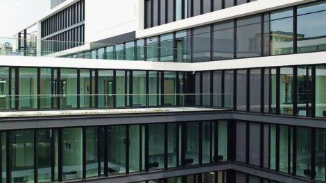 Sonnenschutzglas mit extrem niedriger Reflexion und hoher Lichtdurchlässigkeit: Das Isolierglas ermöglicht farbneutrale, gering reflektierende Fassaden. Bild: Flachglas Markenkreis