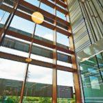 Das Vigam-Eichen-Brettschichtholz wird u.a. im Bereich der Pfosten-Riegel-Konstruktionen eingesetzt. Bild: Gámiz