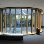 Massive Holzfensterrahmen für eine Innenhofrotunde. Bild: Gámiz