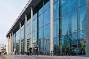 Fassadenglas mit Sonnenschutz und Lichtdurchlässigkeit. Bild: Glas Trösch