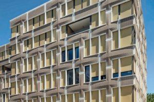 Die Klinkerfassade besteht aus asymmetrischen, verklinkerten Betonfertigteilen mit einer eigens dafür kreierten Klinker-Sortierung.