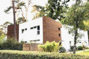 Fassadenschrauben verbinden sicher und dauerhaft: In Berlin wurde ein Wohnhaus saniert mit neuer Fassade aus Putz und Holz. Bild: Manfred Vogel/vor-ort-foto.de