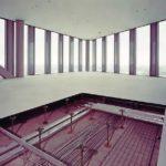 Der zur Revision geöffnete Doppelboden zeigt die installierten Lüftungsrohre, die zu den Auslässen entlang der Fensterfront verlaufen