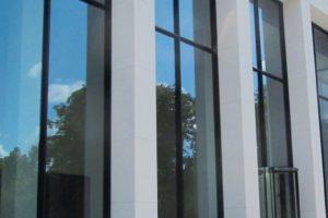 """Verglasungen in XXL: Im mehrere Stockwerke hohen Foyer des """"Taunusturm"""" in Frankfurt wurden 8259 x 2200 mm große Verglasungen eingesetzt. Bild: AGC Interpane"""