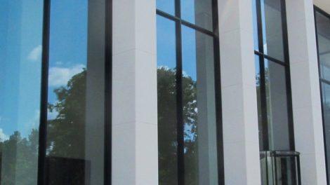 Fassade mit übergroßen Verglasungen