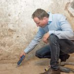 Vor der Sanierung wurde der Feuchtegehalt im Boden und in den Wänden des mehr als hundertjährigen Hauses gemessen für eine umfassende Schadensanalyse. Bild: Isotec GmbH