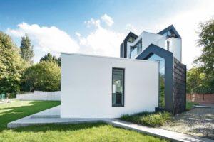 In der historischen Altstadt von Warendorf wurde von Spiekermann Architekten ein expressiv gestaltetes Einfamilienhaus aus Kalksandstein errichtet.