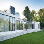 """Das Einfamilienhaus besteht aus einem """"liegenden"""", etwa 15m langen """"Erdgeschosskubus"""" sowie einem turmähnlichen, zweigeschossigen Baukörper, der sich wie eine Aussichtskanzel über das EG erhebt. Bild: Architekten Spiekermann"""