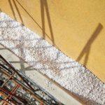 Wasserabweisend: Zweischalige Außenwände, Hohlräume oder Installationsschächte lassen sich effektiv per Schüttung dämmen.