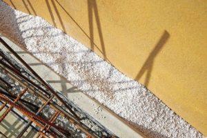 Wasserabweisend: Zweischalige Außenwände, Hohlräume oder Installationsschächte lassen sich effektiv per Schüttung dämmen. Bild: Knauf Aquapanel/Ekkehard Reinsch
