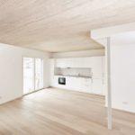 Brettsperrholzelemente mit astfreier Weißtanne sorgen zusammen mit Akustikprofilen für Wohngesundheit und Ruhe. Bild: Lignotrend / Foto & Design, Waldshut-Tiengen