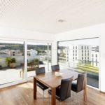 Wohnzimmer mit Glaswänden, hin zur Terasse. Bild: Lignotrend / Foto & Design, Waldshut-Tiengen