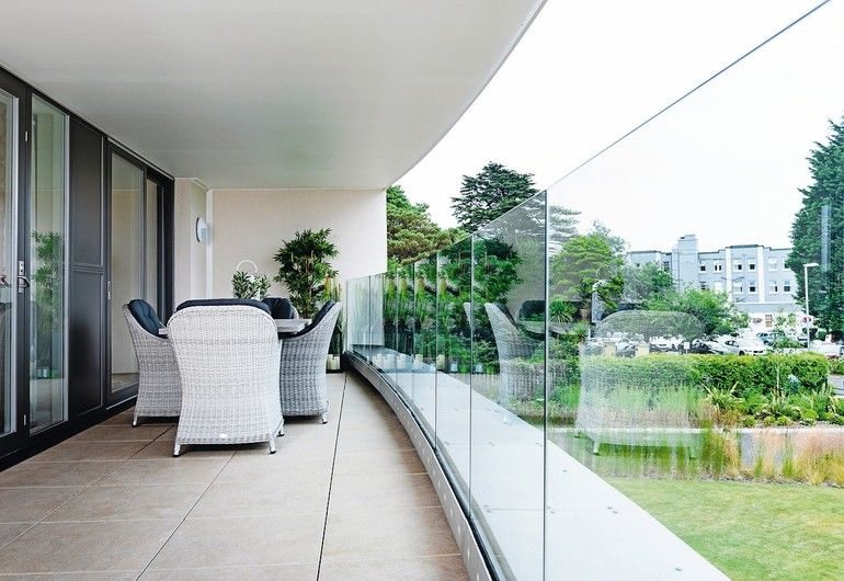 """Das justierbare Ganzglasgeländer """"Easy Glass Prime"""" ermöglicht maximalen Ausblick Bild: Q-railing"""