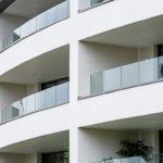 """Auch auf geschwungenen Balkonen lässt sich das justierbare Glasgeländersystem """"Easy Glass Prime"""" schnell und einfach montieren. Bild: Q-railing"""