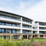 """Das """"Ocean House"""" in St. Austell (GB) umfasst 32 luxuriöse Apartments. Jede Einheit verfügt über einen Balkon, der den Blick auf Cornwalls Küste freigibt. Bild: Q-railing"""