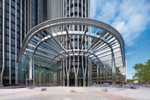 Als neuer, repräsentativer Eingangsbereich für den Torre Europa in Madrid dient nun ein 10 x 10 x 12 m großer Kubus mit großflächigen Verglasungen. Bilder: Bellapart