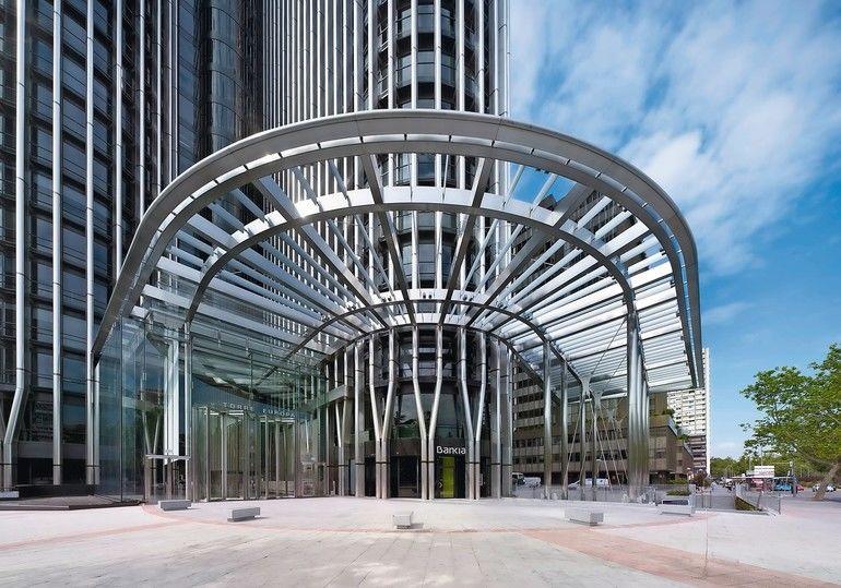 Als neuer, repräsentativer Eingangsbereich für den Torre Europa in Madrid dient nun ein 10 x 10 x 12 m großer Kubus mit großflächigen Verglasungen.