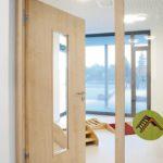 Für Sicherheit in der Kita sorgen Türen mit Glaselementen zum Durchsehen sowie eine Bandtechnik mit Klemmschutz. Bild: Fabian Linden