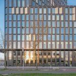 Elegante Fassade mit Isoliergläsern, die Sonnenschutz, hohe Lichtdurchlässigkeit und exzellenten Wärmeschutz sowie Farbneutralität vereinen. Bild: Ossip van Duivenbode