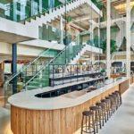Schöner Empfang im Erdgeschoss des Atriums mit Bar und Treppenaufgängen. Bild: QO Amsterdam
