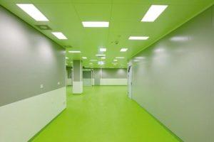 Bei der Sanierung eines Operationstraktes in Basel musste für die hochempfindlichen Geräte ein extrem gleichmäßiger Bodenaufbau hergestellt werden. Bilder: Uzin Utz AG