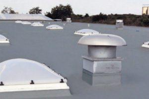 Entlüftungsrohr auf einem Flachdach. Bild: Klöber