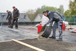Mit der Dämmstoffschüttung für Flachdächer werden auch Unebenheiten ausgeglichen. Bilder: Knauf Performance Materials GmbH/Ekkehard Reinsch