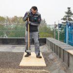 Nach der Verlegung der Dämmstoffschüttung wird per Handstampfer verdichtet. Bild: Knauf Performance Materials GmbH/Ekkehard Reinsch