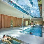 32 m2 Dach aus Glas und Wasser: Der durchsichtige Boden bietet ein besonderes Schwimmerlebnis und sorgt durch das Wasser im Inneren des Gebäudes für Lichtspiele. Bild: Polytherm