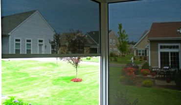 Textiler Sonnen- und Sichtschutz für Vorbau- und Aufsatzkästen. Bild: Alukon