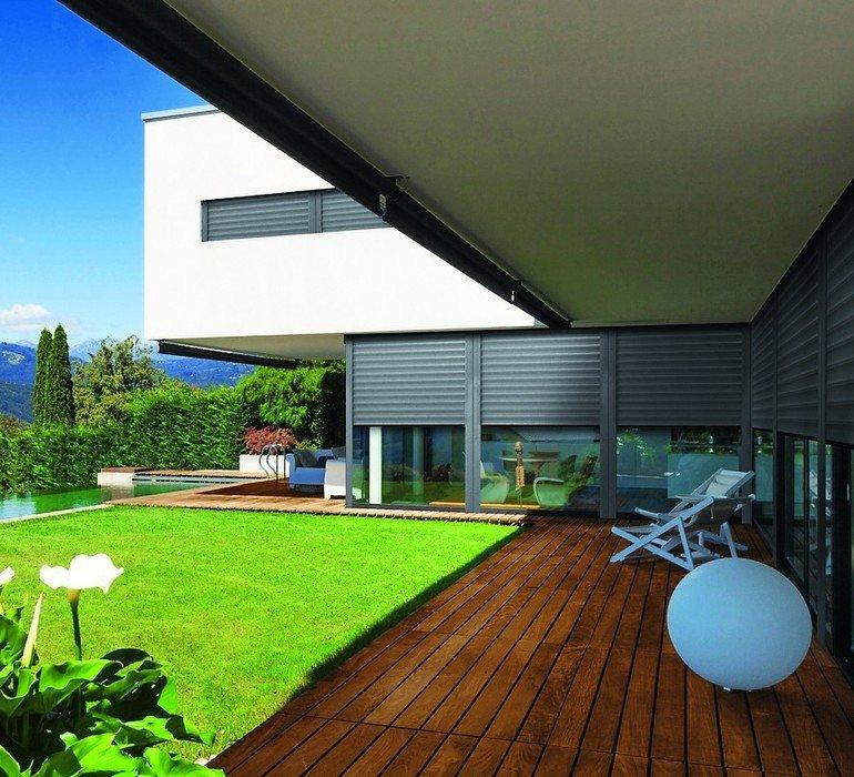 Villa mit Terrasse, Garten und Swimming-Pool. Bild: Aluprof S.A.
