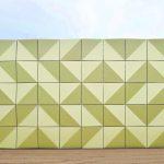 Die Fassade des bezirklichen Informationszentrums greift geometrische Motive auf, wie sie zu DDR-Zeiten in den umgebenden Wohnvierteln aus Beton ausgeführt wurden. Bild: Partner und Partner Architekten
