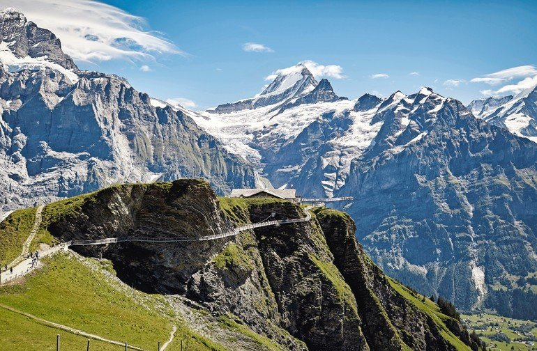 Der Gipfelrundweg First Cliff Walk besteht aus einem Felssteg, einer Hängebrücke und einem Aufstiegssteg mit spektakulärem Aussichtspunkt Richtung Eiger. Bilder: Jakob Rope Systems